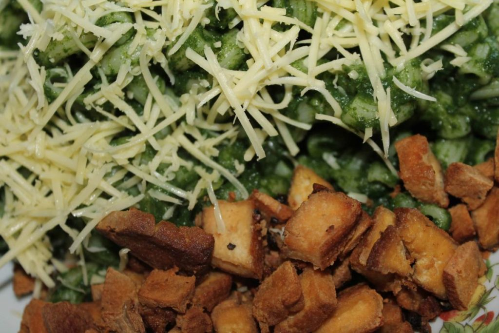 Špenátové těstoviny s křupavým tofu