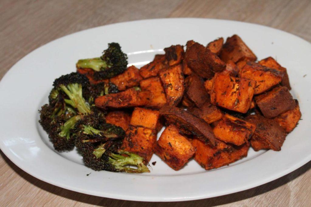 Pečené batáty s brokolicí a čevapčiči