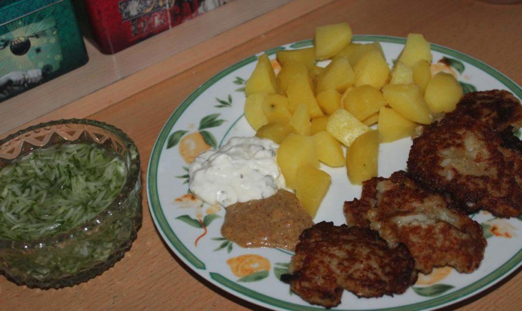 Květákové placky s bramborem a okurkovým salátem