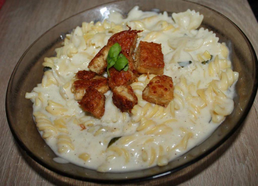 Vegan sýrová omáčka s těstovinami a tofu