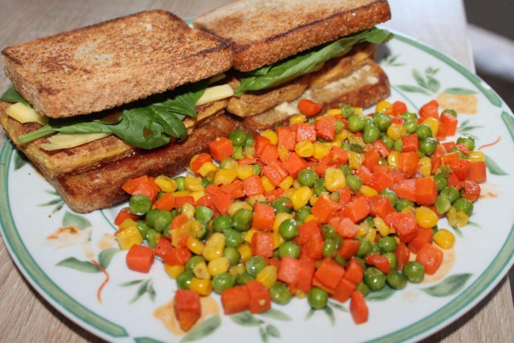 Křupavý tofu sendvič se zeleninou